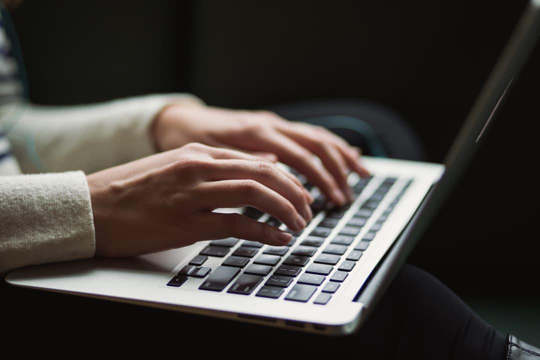 escribiendo portatil