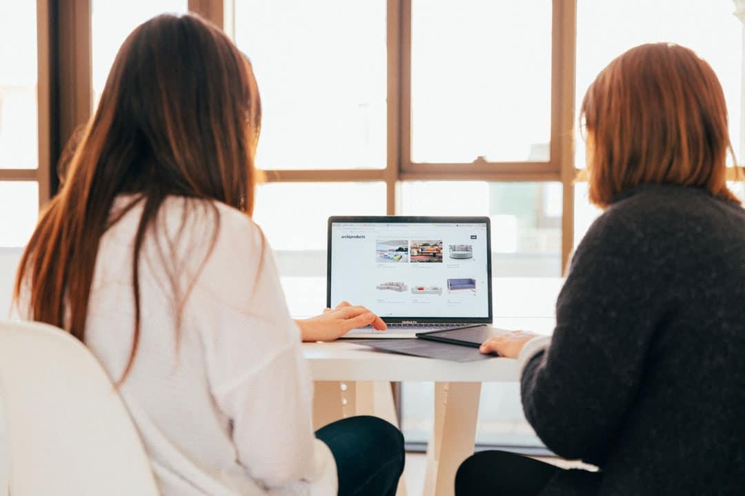 Dos mujeres frente a ordenador